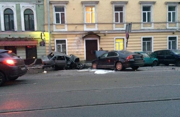 НаСадовой улице Вольво протаранил три припаркованных машины