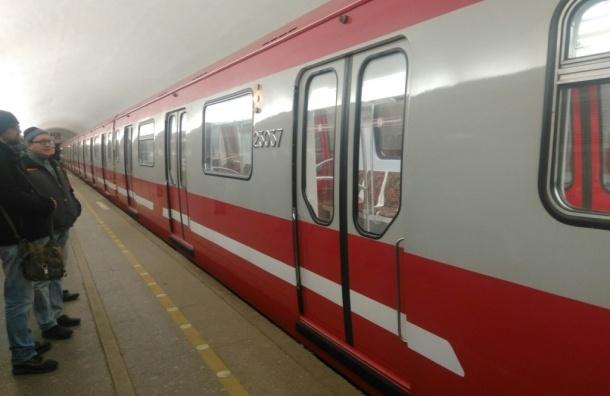 Новые поезда «обкатывают» на красной ветке метро  Петербурга