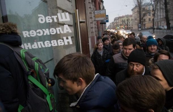 Толпа волонтеров ждет записи у штаба Навального
