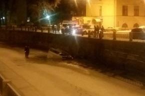 Легковая машина рухнула в реку Карповка