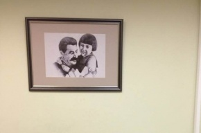 Ярославского детского омбудсмена раскритиковали за портрет Сталина с девочкой