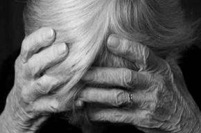Двое неизвестных увели из квартиры 80-летнюю петербурженку