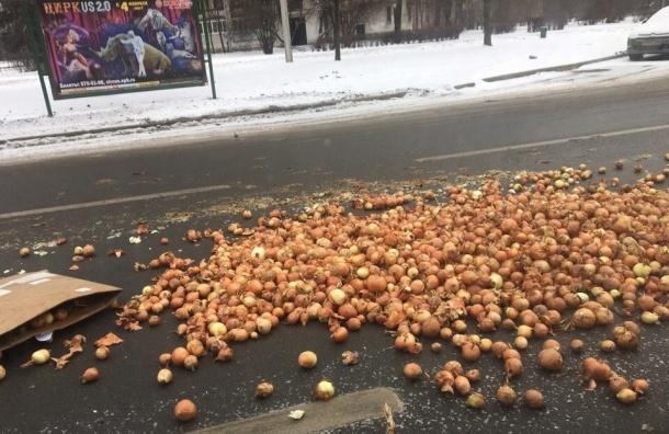 Петербуржцы собирали выпавший из грузовика лук
