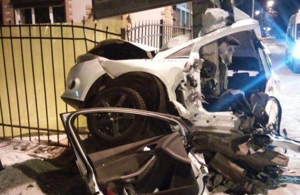 Столб «разрезал» пополам Ford при ДТП в Ломоносове