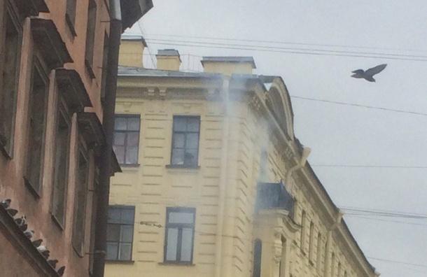 Пожарные тушат квартиру в доме на Достоевского