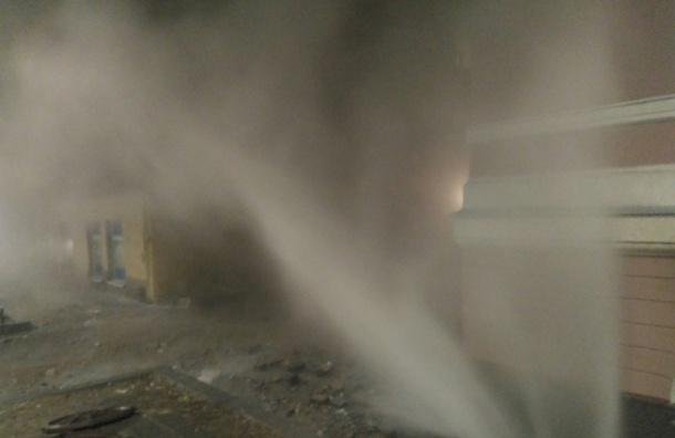 Коммунальщики починили прорыв трубы наВасильевском острове
