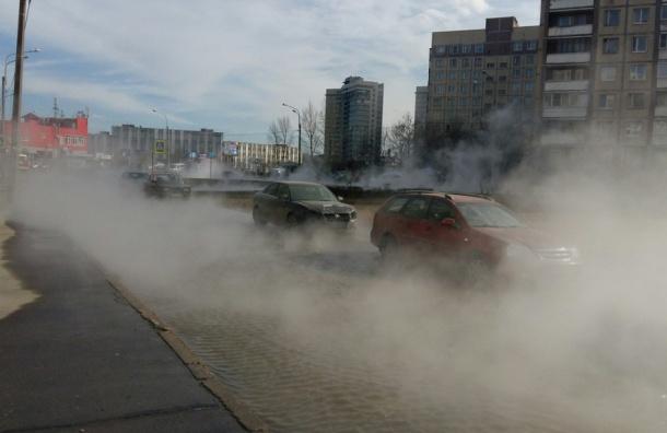 Трубу с горячей водой прорвало на улице Турку