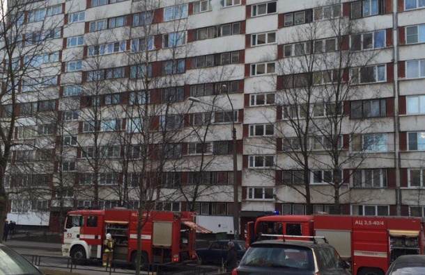 Пожарные тушат квартиру в доме на Королева