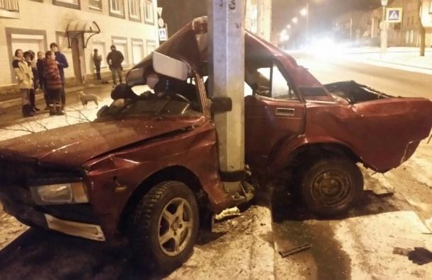 Очевидцы: 18-летний водитель на«семерке» врезался встолб