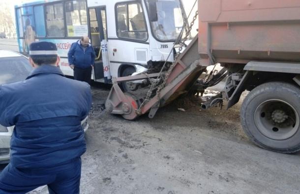 КамАЗ-уборщик едва не «смел» с дороги маршрутку на улице Дыбенко