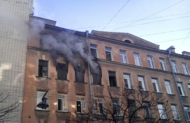 Сильный пожар тушат в Петроградском районе вечером в среду