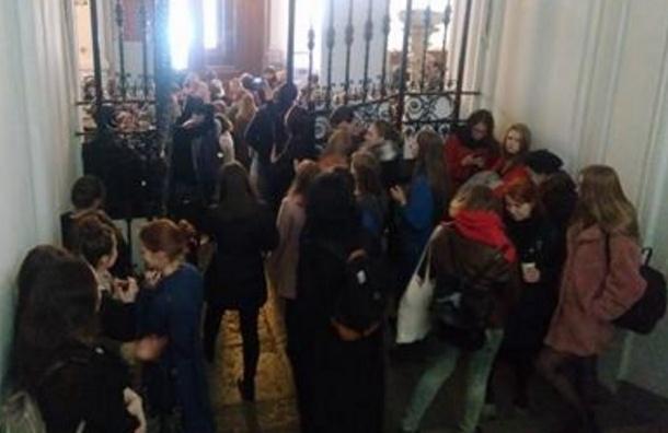 Студенты академии Штиглица вышли намитинг против отставки ректора Кичеджи