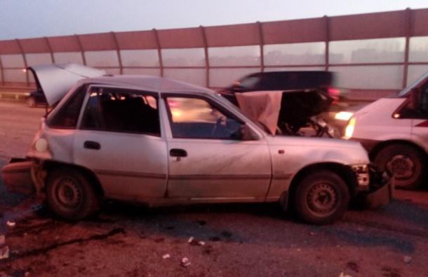 Серьезные травмы получил участник массовой аварии на внутренней стороне КАД