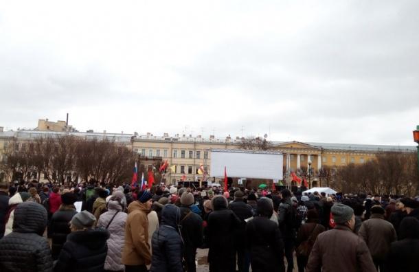Тысячи людей пришли на митинг в защиту Петербурга