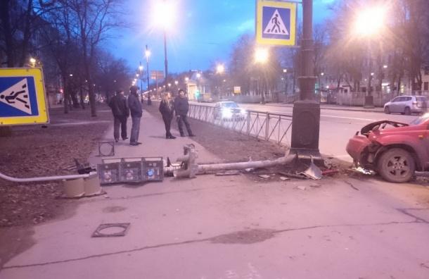 Светофор снес водитель наБольшом проспекте Васильевского острова