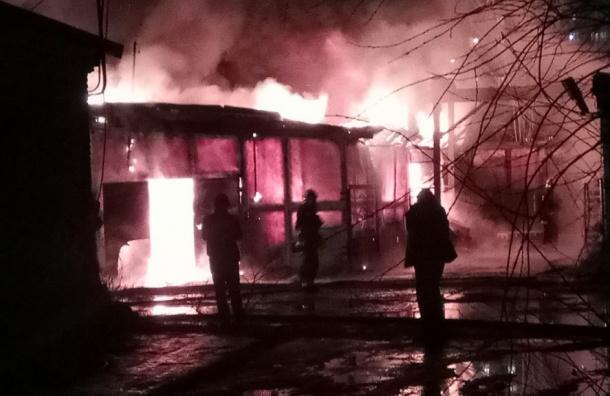 Спасатели потушили серьезный пожар на заводе в Колпино