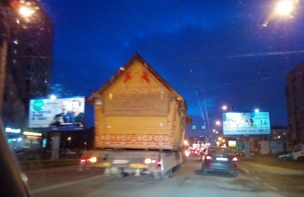 «Изба на колесах» собрала пробку на Гражданском проспекте