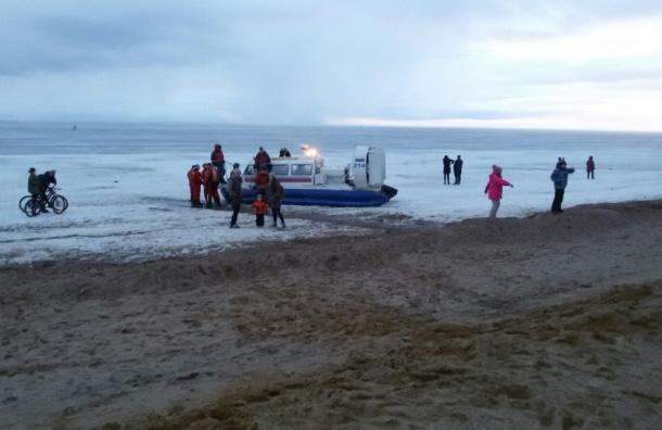 Спасатели вытащили двоих из Маркизовой лужи