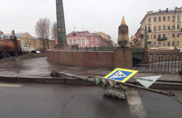 Ветер роняет дорожные знаки в Петербурге