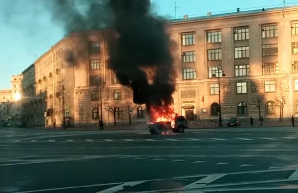 ВПетербурге дальнобойщики сожгли «Ниву» наплощади Пролетарской Диктатуры