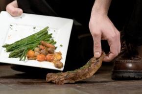 Ученые объяснили, почему можно есть упавшую на пол еду