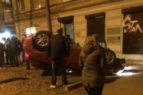 Автомобиль перевернулся и ударился в дом на Васильевском