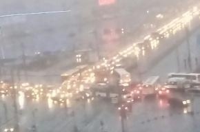 Юго-запад Петербурга встал в пробке из-за сломанного светофора