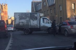 ДТП перекрыло движение по Октябрьской набережной