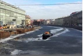 «Ленводхоз» начал вскрывать лед в водоемах Петербурга