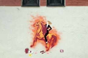 Петербурженок поздравили праздничным граффити