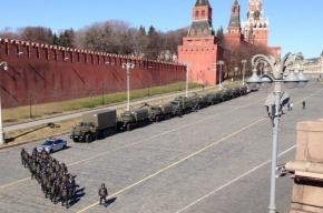 Васильевский спуск в Москве оцеплен силовиками и военной техникой