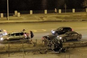Иномарка влетела в ограждение на Приморском проспекте