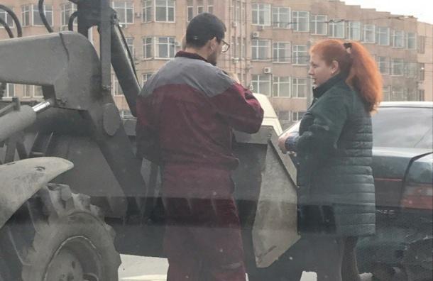 Трактор подцепил даму на ковш в Калининском районе