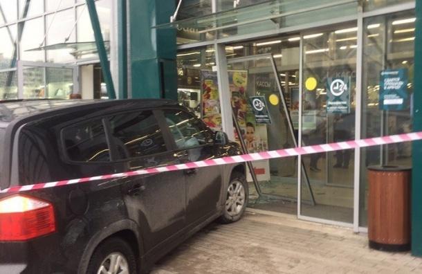 Насевере Петербурга мужчина въехал всупермаркет наавтомобиле