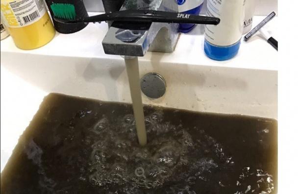 Единая вода цвета нефти
