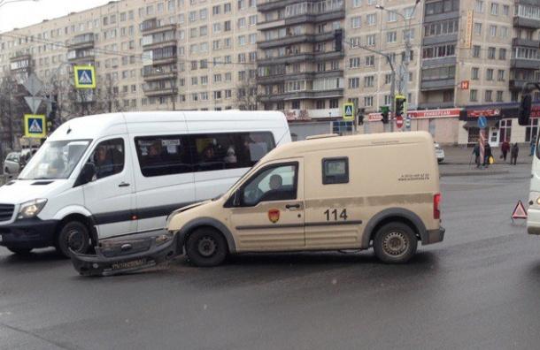 Инкассаторской машине оторвало бампер на Луначарского