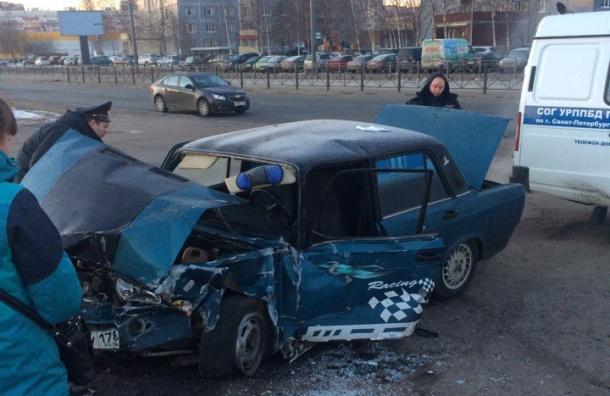 ВАЗ на Маршала Казакова врезался в припаркованную машину и столб