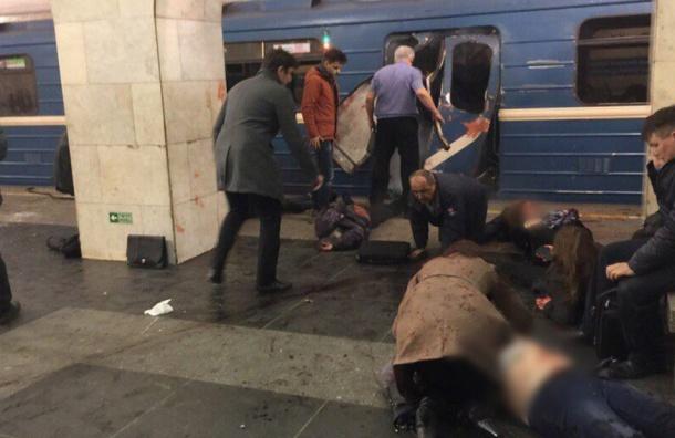 Трех человек после взрыва в метро Петербурга выбросило в тоннель
