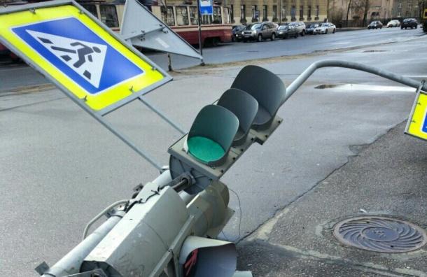 Светофор упал на улице Маршала Говорова