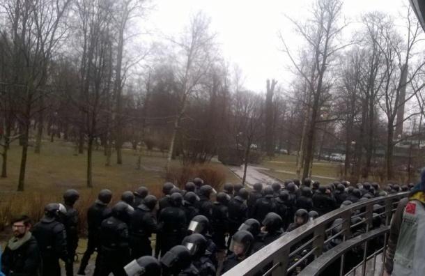 Часть задержанных наакции «Надоел» везут в7 отдел полиции