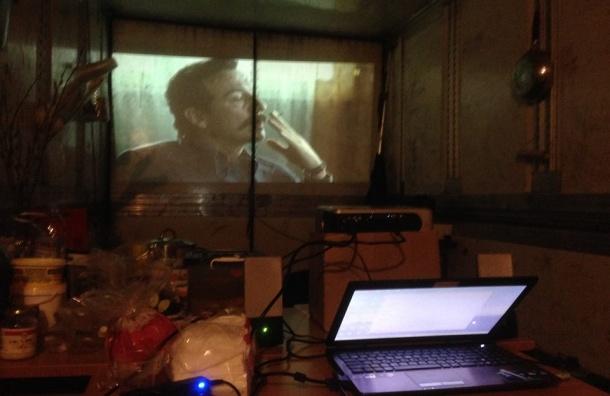 Бастующими в Петербурге дальнобойщикам устроили кинотеатр в одной из фур