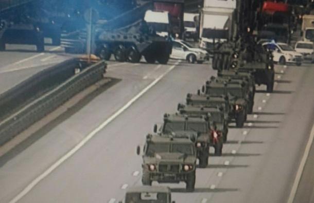 Скорая застряла в пробке на КАД из-за колонны военной техники