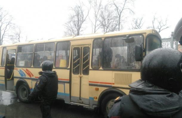 Полиция объяснила, почему задерживает активистов в Петербурге