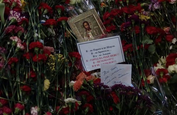 Девятый день: петербуржцы несут цветы на станцию «Технологический институт»