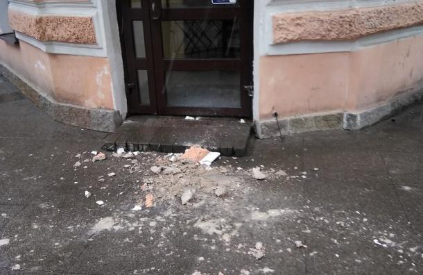 Массивный кусок штукатурки упал с фасада дома на улице Пестеля