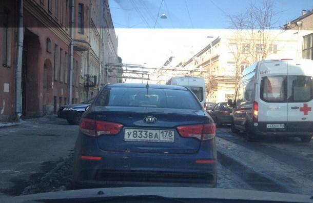Очевидцы: два человека выпали из окна в центре Петербурга