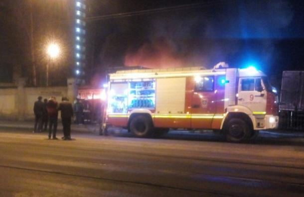 Автобус  сгорел в автосалоне на Среднем проспекте