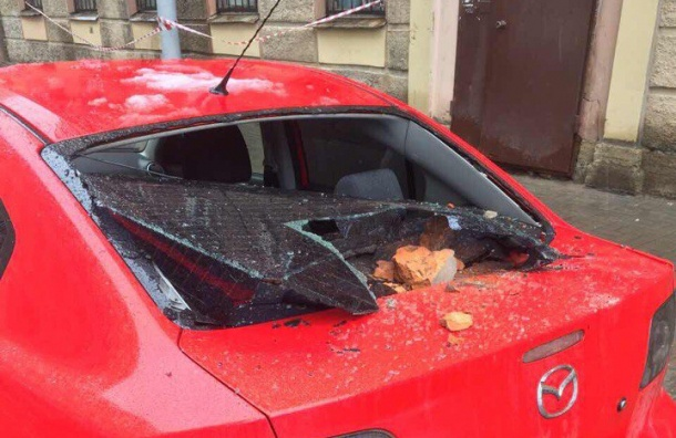 Облицовка с фасада дома в центре Петербурга повредила Mazda