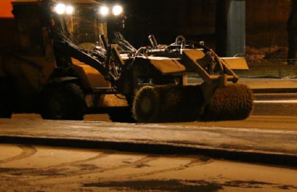 Ночью улицы Петербурга от снега зачищало 590 машин