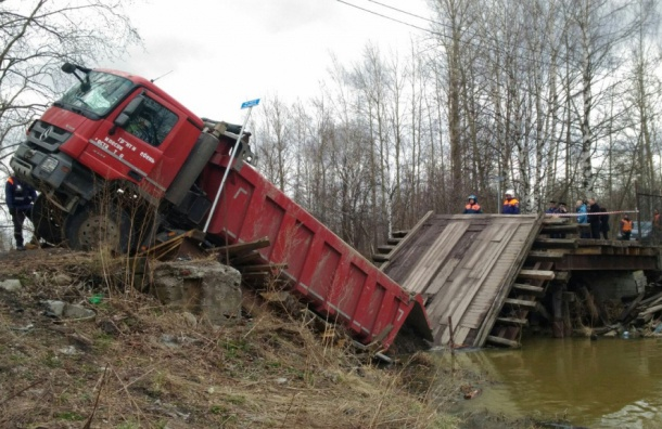Мост через Охту рухнул под весом самосвала